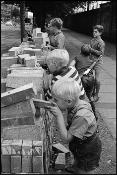 Leonard Freed :: Children play at the Berlin Wall, West Berlin. Fall Of Berlin Wall, Leonard Freed, West Berlin, Free Photography, Magnum Photos, Historical Photos, Old Photos, Kids Playing, Illustration