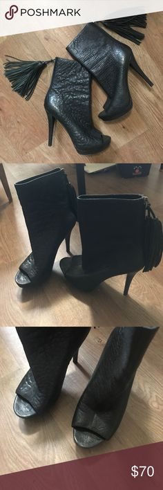 """VERA WANG Black Booties 💄💋FINAL PRICE Vera Wang Lavender Black Open Toe Booties/ Vero Cuoio/ Upper Leather Lining/ Sexy, Feminine/ Zip on Back of Boots/Good Condition/ Date Night Ready/ Fast Shipping/ 5"""" heel Vera Wang Lavender Label Shoes Ankle Boots & Booties"""