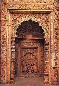 باب لمسجد قديم  door of an ancient mosque