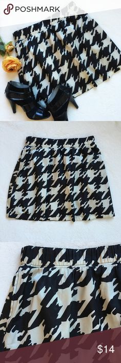 """{Emmelee} Houndstooth Mini Skirt Emmelee for Francesca's Collections houndstooth mini skirt. Stretch elastic waistband. Side slit pockets. Waist 15"""" flat across and has a lot of stretch. 17 1/2"""" long. 100% polyester. Good preloved condition. Francesca's Collections Skirts Mini"""