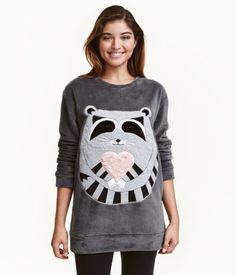 Dark gray/raccoon. Long-sleeved pajama top in soft pile with appliqué at front, slightly wider neckline, and ribbing at cuffs and hem.