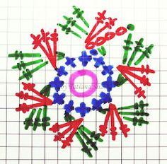 Подробный мастер-класс Татьяны Слиж по вязанию шапки узором «плетенка» с двойным дном, украшенной цветочным мотивом.…