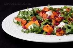 На 2 большие или 4 маленькие порции:  мякоть 1 небольшой сладкой тыквы, порезать брусочками  1 крупная морковь, почистить и порезать брусочками  1 ст.л. оливкового масла для запекания + еще 1 для заправки  соль, перец  40 г феты  пучок рукколы  зерна 1/2 граната  бальзамический уксус  Куски тыквы и моркови смешать с маслом, посыпать солью и свежемолотым перцем, выложить в один слой на фольгу на противень и отправить в духовку, разогретую до 200 С, на 15 минут. Один раз за это время овощи…