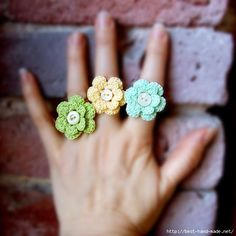 crochet flower ring - no pattern. so pretty! Crochet Ring Patterns, Crochet Rings, Crochet Diy, Crochet Amigurumi, Crochet Crafts, Yarn Crafts, Crochet Projects, Crochet Necklace, Crochet Ideas