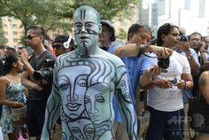 米ニューヨーク(New York)市内マンハッタン地区の「コロンバスサークル(Columbus Circle)」で開かれたボディーペインティングのイベントの参加者ら(2014年7月26日撮影)。(c)AFP/Timothy A. CLARY ▼27Jul2014AFP|人体をカンバスに、米NYでボディーペインティングの祭典 http://www.afpbb.com/articles/-/3021584 #Body_painting