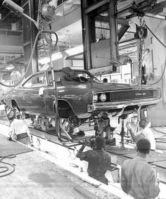 Vintage Cars Muscle 68 Dodge Charger on the assembly line Dodge Muscle Cars, Old Muscle Cars, American Muscle Cars, American Auto, American Motors, Volkswagen, 1968 Dodge Charger, 2015 Charger Rt, Automobile
