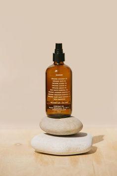 Óleos de banho: quais os benefícios e como utilizar Organic Castor Oil, Organic Coconut Oil, Organic Oil, Palo Santo Essential Oil, Essential Oils, Essential Oil Distiller, Cold Pressed Oil, Skin Care Treatments, Oils For Skin