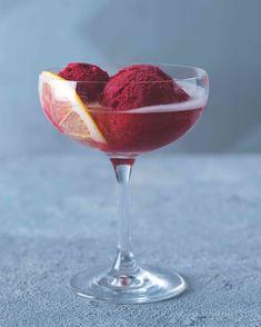 Klasické italské sgroppino mixuje ovocný sorbet (nejčastěji citronový) s ledem a šumivým vínem. Verze, kdy se kopeček sám v bublinkách rozpouští, má ale také něco do sebe. Bellini, Grapefruit, Tableware, Food, Lemon, Dinnerware, Tablewares, Essen, Meals