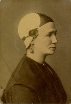 Ingekleurde ansichtkaart van een vrouw in Friese klederdracht, zonder datum.