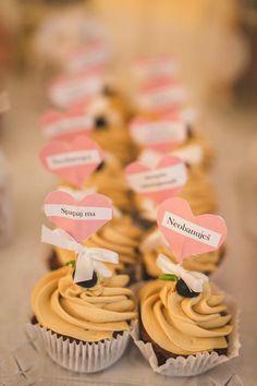 Svadobné koláčiky candy bar wedding cakes cupkaces koláče Candy Bar Wedding, Wedding Cakes, Cupcakes, Place Card Holders, Desserts, Food, Wedding Gown Cakes, Tailgate Desserts, Cupcake Cakes