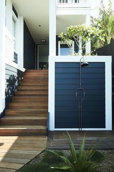 Posh Beach House in Northern Sydney - Einrichtungsstil Interior Exterior, Interior Design, Interior Ideas, Modern Interior, Exterior Shutters, Exterior Paint, Sydney, Beach House Decor, Home Decor