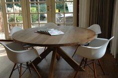 Gezellige ronde tafel met kuipstoeltjes