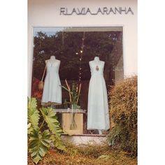 Bom dia! Já estamos por aqui. Hoje até as 20h. A loja tá cheia e linda ;) ✨✨✨ #flaviaaranha #naturaldye #slowfashion #design #atemporal #feitoamao #feitonobrasil