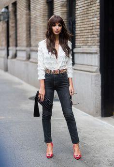 Come abbinare i jeans aderenti secondo la moda Autunno 2017? Il look di Emily Ratajkowski è l'idea sexy glam perfetta per il week end