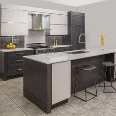 Armoires de cuisine contemporaine en bois massif et MDF avec comptoir de quartz, dosseret de quartz et Polylac