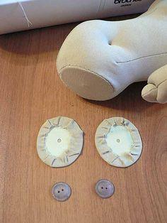 63 Приступаем к ногам куклы. Нам понадобится вторая пара обклеенных тканью кружков и пара пуговиц: