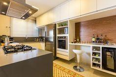 Confira dicas e modelos de cozinhas planejadas, para garantir o melhor aproveitamento do espaço, decoração personalizada e economia.