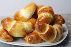 Cornuri din aluat dospit. Pregătiți aceste cornuri pufoase cu orice umplutură dulce sau chiar și fără ea. Dăruiți-le celor dragi clipe de bucurie când pot savura aceste cornuri aromate! INGREDIENTE: -500 gr de făină; -250 ml de lapte; -75 gr de margarină sau unt; -50 gr de zahăr; -1 ou; -1/2 linguriță de sare; -1 pliculeț de zahăr vanilat; -1 pliculeț de drojdie uscată (7 gr). MOD DE PREPARARE: 1.Cerneți făina într-un vas încăpător și o amestecați cu ingredientele uscate: vanilie, drojdie… Romanian Food, Pretzel Bites, Potatoes, Sweets, Bread, Vegetables, Recipes, Craft Projects, Youtube