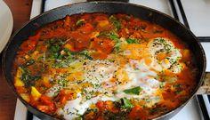 """Cu siguranta o sa-ti placa NEBUNIA asta de reteta! E gata in 10 minute si rezultatul este… GENIAL!Învaţă cum să prepari această mâncare săţioasă şi delicioasă cu ouă proaspete în timp record. Shakshuka este un fel de mâncare din Africa de Nord şi înseamnă """"amestec"""" în limba arabă.INGREDIENTE"""