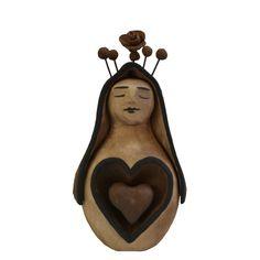 Escultura em cerâmica de Maria com detalhes em flores.  Obra de autoria da artesã pernambucana Leninha Tibúrcio.  Medidas: 10 x 09 x 17cm (L x C x A)
