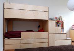 Kinderzimmer: Etagenbett / Hochbett mit Treppe und Stauraum. Sperrholz / Multiplex Birke & Filz.