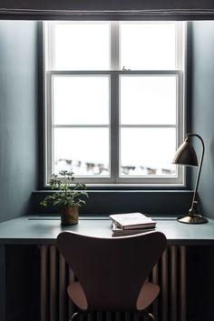 Nice home office design idea Bedroom Minimalist, Minimalist Interior, Workspace Inspiration, Interior Inspiration, Office Workspace, Office Decor, Interior Decorating, Interior Design, Deco Design