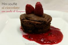 Mini soufflé al cioccolato con coulis di lamponi