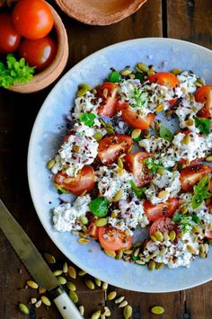Lovely cottage cheese salad with tomatoes and fresh oregano. Get the recipe here for the best cottage cheese salad ever! Salad Menu, Salad Dishes, Easy Salad Recipes, Easy Salads, Oregano Recipes, Herb Recipes, Cheese Recipes, Cottage Cheese Salad, Cottage Cheese Snacks