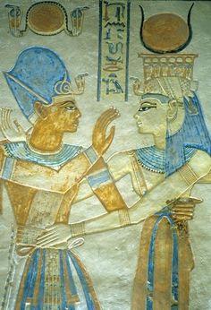 Relieve policromado representando a RAMSES III abrazando a la diosa ISIS. Ultimo faraón de la Dinastía XX del Imperio Nuevo. Reinado 1184 a 1153 a.C. Obra existente en su templo mortuorio en Medinet Habu.