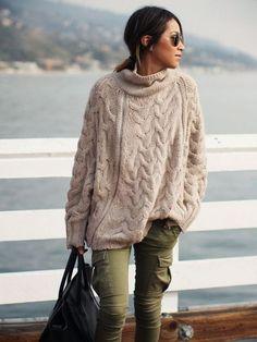 Для прохладного летнего вечера стилисты рекомендуют одевать свитер крупной вязки из хлопковой пряжи с шелковым или шифоновым платьем