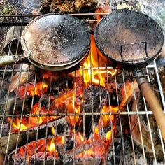 Rösti und Bratwurst im Wald: in the on the - Perry Perry Zulauf Bratwurst, Slow Food, Food From Different Countries, Fire Food, Camp Fire, Cabins In The Woods, Lunch Time, Switzerland, Backpacking