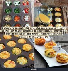 Lajfhaki.pl - Do formy na babeczki włóż swoje ulubione, pokrojone w kostkę składniki (ser, boczek, kiełbaskę, pomidory, paprykę, szczypiorek). Rozbełtaj kilka jajek i zalej foremki. Wstaw do piekarnika. Piecz ok. 15 min (200 stopni)