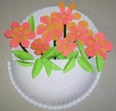 Vaso di fiori con piatti di carta