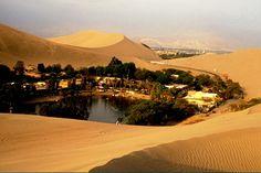 Deserto Ica, Peru   É uma miragem? Não, é o Deserto Ica que tem um incrível – e real – oásis no meio. E mais: a área é conhecida por produzir a famosa aguardente Pisco.