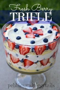 Trifle Fresh Berry Trifle on - Now this is my kind of dessert!Fresh Berry Trifle on - Now this is my kind of dessert! Oreo Trifle, Dessert Oreo, Coconut Dessert, Tiramisu Dessert, Brownie Desserts, Dessert Party, Fruit Trifle Desserts, Dessert Food, Angel Food Cake Trifle