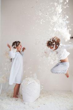 Happy Kids in White pillow fight ! Children Photography, Family Photography, Friendship Photography, Photography Camera, Photography Tips, Kind Photo, Little White Company, Plum Pretty Sugar, Foto Poster