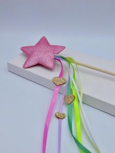 New Fabric Crafts Felt Crafts, Fabric Crafts, Paper Crafts, Market Day Ideas, Handmade Gifts, Handmade Items, Ribbon Wands, Glitter Crafts, Diy Wand