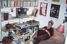Ingeborg Rørbye, 66, København. Mit første hjem, da jeg var flyttet hjemmefra. Vi havde fået fat i en lillebitte lejlighed på 23 m2 (ialt!!) i Rosengade i København. Der var ikke bad og kun koldt vand, men vi tog bare håndklæder med og gik i bad når vi besøgte familien. Jeg sidder i den ene af 2 sækkestole som jeg selv havde syet og fyldt med småbitte kugler. Der er Leonard Cohen på grammofonen og teaterplakater på væggen, og på hylden står vores dyreste eje: en Revox båndoptager (1970).