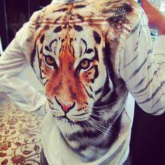 Olha o detalhe lindo dessa camisa #moikana! Ela está na #liquidação #bombástica de #verão da #lojaelfos! Siga o nosso Instagram @lojaelfos #animalprint #sale #summer #details