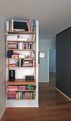 As the first meeting with a person, in a matter of seconds we generate an impression on space and on those who live there, and the generation of positive feelings becomes a priority. Ikea Svalnas, Ikea Book, Positive Feelings, Wood Parquet, Book Wall, Small Room Decor, Small Space Storage, Baby Decor, Home Organization