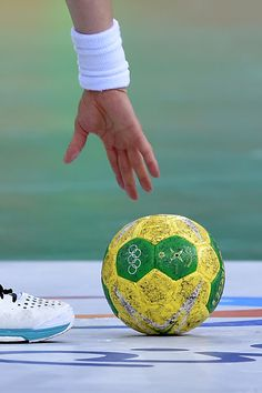 Best of Day 1 - A South Korean player catches the official Olympic ball during the women's preliminaries Group B handball match Russia vs South Korea for the Rio. Handball Players, Rio 2016 Pictures, Party World, International Football, Sports Party, Sport Body, Olympic Games, Soccer Ball, Workout Videos