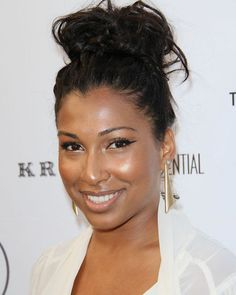 Melanie Fiona - Dewy skin, gold highlighter on eyes and cheeks, nude lips