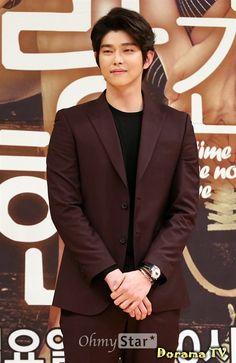 Актер Юн Гюн Сан (Yoon Kyoon Sang), список дорам. Сортировка по популярности - DoramaTv.ru Korean Men, Korean Actors, Kyun Sang, Netflix Horror, Kdrama Actors, Actors & Actresses, Singing, People, South Korea