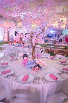 Keisha's Japanese Kokeshi Themed Party – Table setup Japanese Theme Parties, Japanese Party, Chinese Party, Quinceanera Planning, Quinceanera Themes, Prom Themes, Asian Party Decorations, Asian Party Themes, Party Ideas
