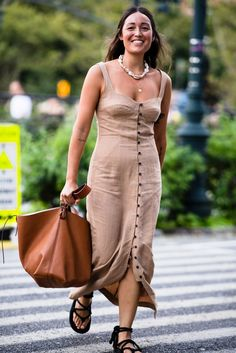 The Hottest (Literally!) Street Style Looks From New York Fashion Week Casual Street Style, New Street Style, New York Fashion Week Street Style, Style Casual, Spring Street Style, Cool Street Fashion, Street Style Looks, Spring Summer Fashion, New Yorker Street Style