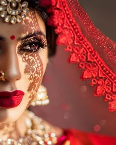 Magnetic dark lip makeup for brides and bridesmaids that they can do on their wedding. Best bridal lip makeup you haven't seen anywhere. Indian Bride Poses, Indian Bridal Photos, Indian Wedding Bride, Indian Wedding Photography Poses, Indian Bridal Makeup, Wedding Veil, Photography Movies, Bengali Wedding, Photography Lighting