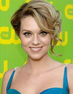 Hilarie Burton Aka Peyton. Stunning. Love this hair
