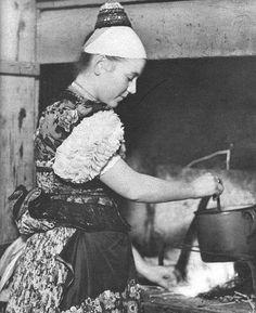 Matyó menyecske a nyitott tűzhelynél. Fotó: Wikipédia Homeland, Time Travel, Hungary, 1940s, Europe, Culture, In This Moment, Traditional, Folk Clothing