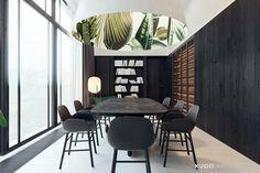 Monochromatyczne wnętrza apartamentu w krakowskiej kamienicy projektu KUOO/ARCHITECTS - Archinea | Nowoczesna architektura, projekty domów, architektura wnętrz, dyplomy architektury