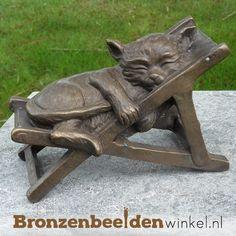 Dierenbeeld van een slapende kat in een stoel. Dit beeld is zowel binnen als buiten te plaatsen. #kattenbeeld #beeld kat #bronzen kat #beeld poes #tuinbeeld kat Garden Sculpture, Lion Sculpture, Kat, Statue, Outdoor Decor, Porcelain, Seeds, Sculpture, Sculptures